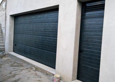 Portão seccionado com porta lateral